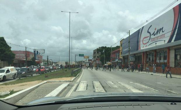 Grupo cruzou as pistas da Estrada da Batalha, em Jaboatão. Foto: Marcos Vasconcelos/Whatsapp/Cortesia