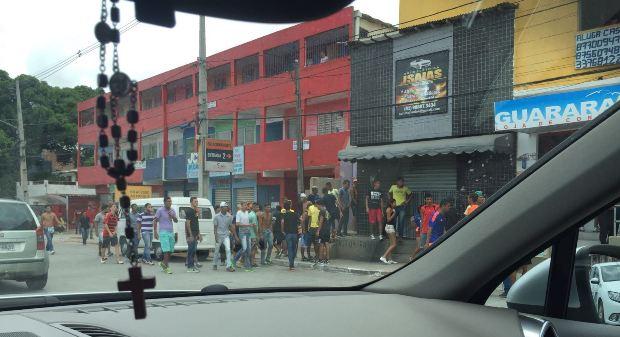Centenas de homens assustaram motoristas e lojistas do local. Foto: Marcos Vasconcelos/Whatsapp/Cortesia