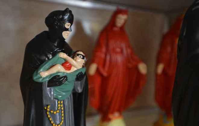 Santo Antônio virou o Batman e, em vez de segurar nos braços o menino Jesus, carrega Robin ainda criança. Foto: Gustavo Moreno/CB/D.A Press