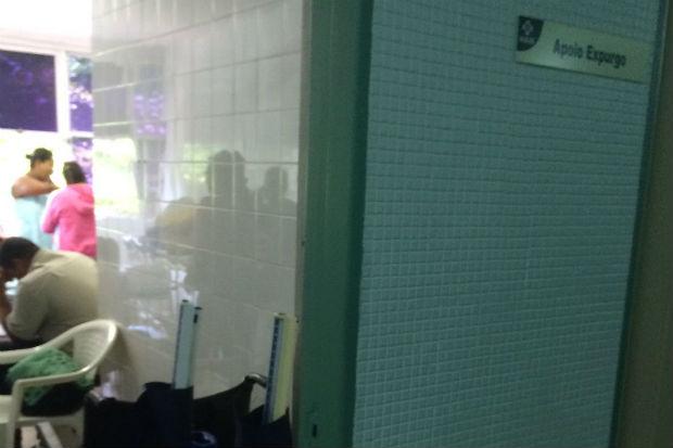Por conta da superlotação, até mesmo a sala expurgo, utilizada para armazenar dejetos, estaria sendo utilizada para receber pacientes.  Foto: Cortesia