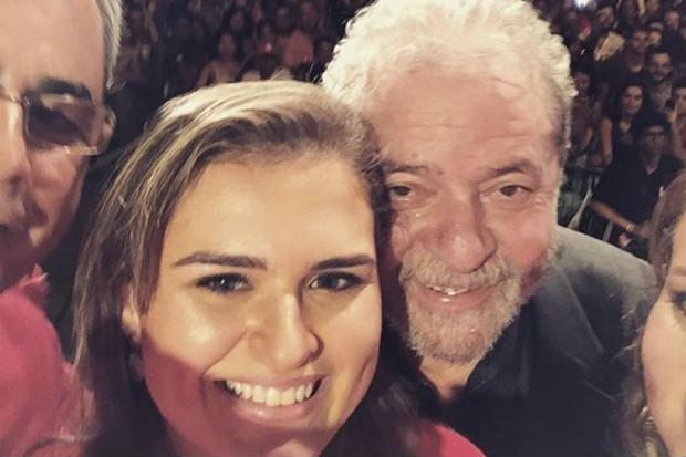 O gesto do ex-presidente aconteceu durante a comemoração dos 36 anos do partido, no Rio de Janeiro. Foto: Reprodução/Instagram