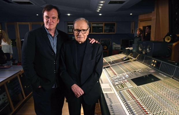 Quentin Tarantino ao lado de Ennio Morricone, compositor da trilha do filme Os Oito Odiados (Foto: Kevin Mazur/ Getty Images/ Universal/ Divulgação)