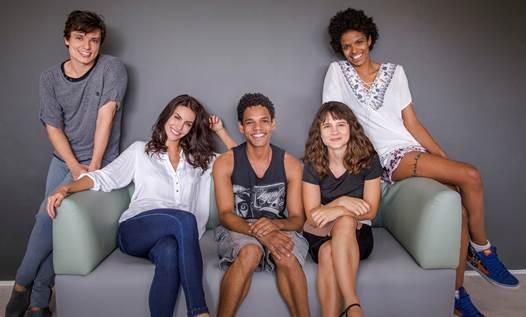 Série será protagonizada por Bianca Comparato (sentada, à direita). Foto: Netflix/Divulgação