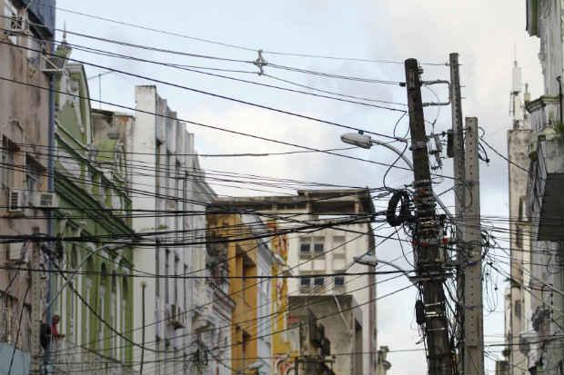 Desde julho de 2015, o número sobe para mais de oito toneladas de fios emaranhados ou desnivelados que foram retirados das ruas. Foto: Ricardo Fernandes/DP