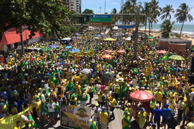 A Avenida Boa Viagem está verde e amarela para pedir o impeachment da presidente Dilma. Foto: Sávio Gabriel/ DP