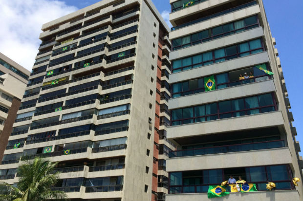 Nas varandas dos prédios na orla, muitos moradores também fizeram questão de declarar apoio à manifestação. Foto: Sávio Gabriel/ DP