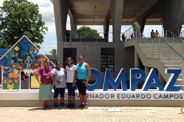 Ivone Andrade (segunda, da esquerda para a direita) visitou o local com familiares e amigos e destacou a importância do novo equipamento público para o avanço social da comunidade. Foto: Augusto Freitas/DP