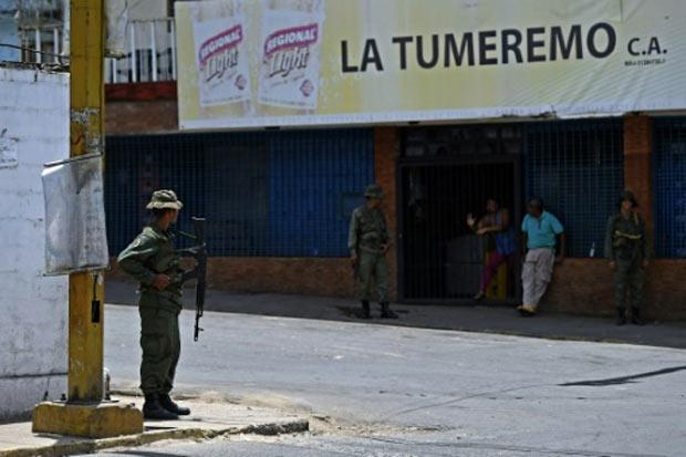 Um membro do Exército da Venezuela monta guarda em uma região de Tumeremo, no estado de Bolívar, em 10 de março de 2016. Foto: Juan Barreto/AFP/Arquivos