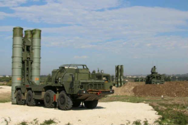 Baterias de mísseis anti-aéreos S-400 russas são vistas na província de Latakia, Síria. Foto: Russian Defence Ministry/Arquivo/AFP