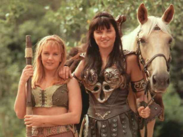 A relação de Gabrielle e Xena ia muito mais do que amizade, porém nunca foi tratada diretamente nas telinhas. Foto: NBC/Reprodução