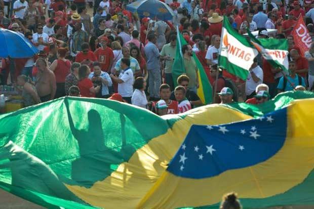 Ato a favor do governo Dilma Rousseff, contra o processo de impeachment e em apoio ao ministro Lula se concentrou em frente ao Museu da República. Foto: Fabio Rodrigues Pozzebom/Agência Brasil