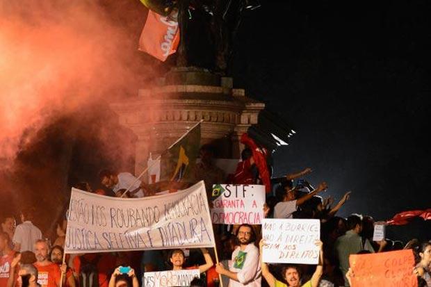 Manifestantes fazem ato contra o impeachment da presidenta Dilma Rousseff e em apoio ao ex-presidente Lula na Praça 15, centro da cidade. Foto: Fernando Frazão/Agência Brasil
