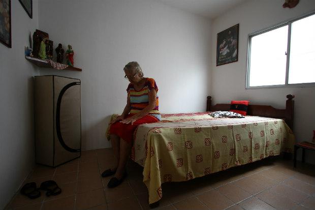Após um mês da doença, Augusta Albuquerque, 77 anos, ainda sente dores. Foto: Paulo Paiva/DP