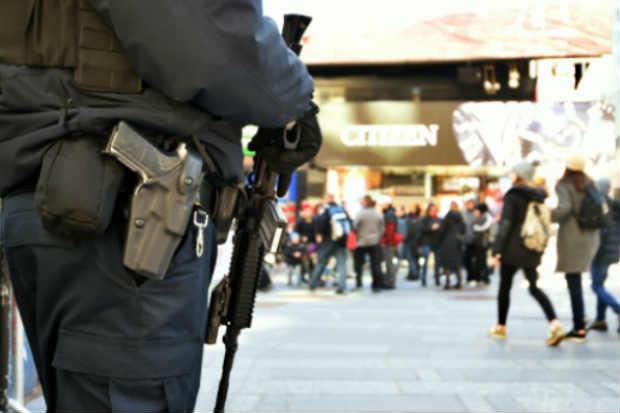Um policial patrulha a Times Square, em Nova York, no dia 22 de março de 2016. Foto: Jewel Samad/AFP