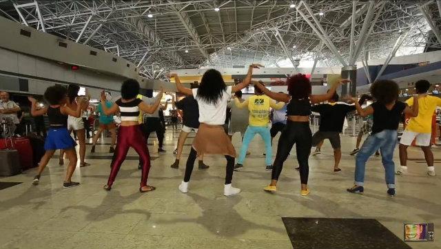 Grupo Army gravou flashmob no Aeroporto dos Guararapes, no Recife. Foto: Carlos Vieira/Divulgação
