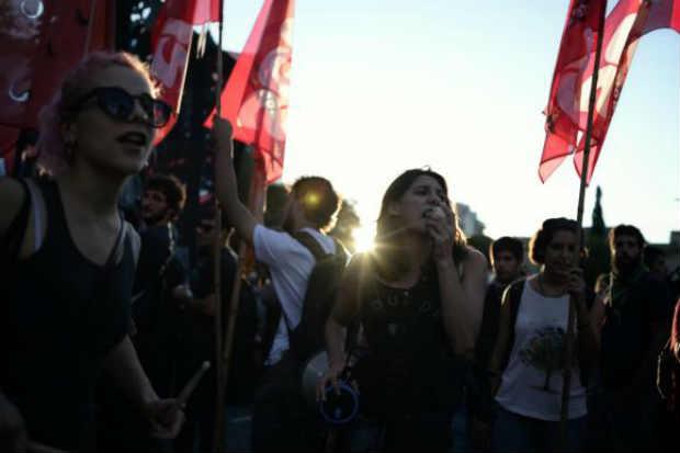 As manifestações começaram cedo, logo após a visita de Barack Obama ao memorial às vítimas da ditadura militar na Argentina. Foto: EPA/Javier Gallardo/Agência Lusa
