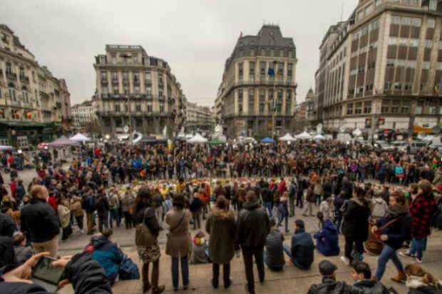 Belgas se reúnem na Praça da Bolsa, no centro de Bruxelas, em 24 de março de 2016. Foto: Philippe Huguen/AFP
