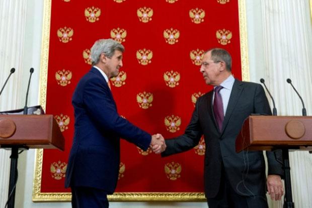Secretário de Estado John Kerry cumprimenta o chanceler russo Sergey Lavrov em encontro no Kremlin. Foto: Andrew Harnik/Pool/AFP
