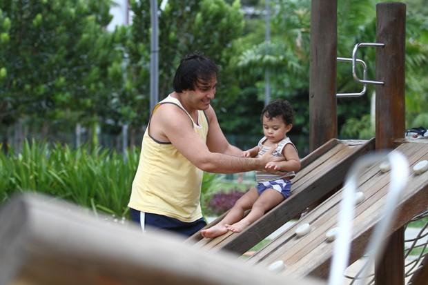 George Cabral costumal brincar com o filho no Parque Dona Lindu. Foto: Paulo Paiva/DP