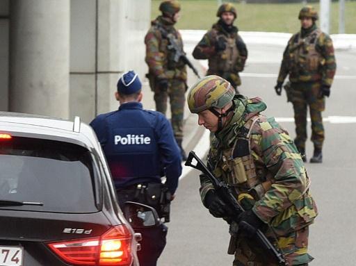 A Bélgica caçava nesta quinta-feira dois suspeitos dos atentados de Bruxelas, cujos três autores identificados até agora estão relacionados com os ataques de novembro em Paris, uma ligação que revela as falhas de segurança na Bélgica e na luta contra o terrorismo em toda a Europa. © AFP Patrik Stollarz