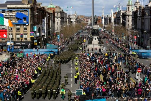 """Milhares de irlandeses desfilaram neste domingo em Dublin para comemorar o centenário da sangrenta """"Revolta da Páscoa"""" de 1916, uma rebelião armada contra o domínio britânico que levou à independência em 1922. © MAXWELLS - IRISH GOVERNMENT POOL/AFP MAXWELLS"""