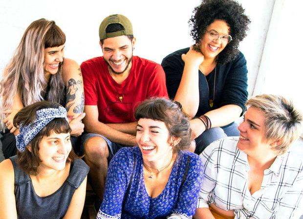 Gio Simões, de azul, apresenta os cinco novos artistas. Foto: Guga Marques/Divulgação