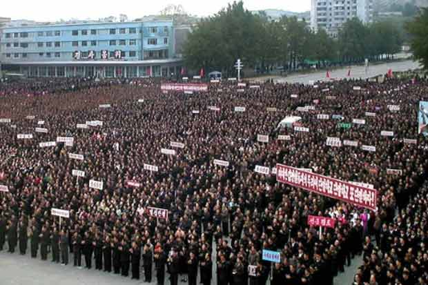 Norte-coreanos celebram o primeiro teste nuclear do país, em Sariwon, na província de Hwanghae Norte, em outubro de 2006. Foto:KCNA via KNS/AFP/Arquivos