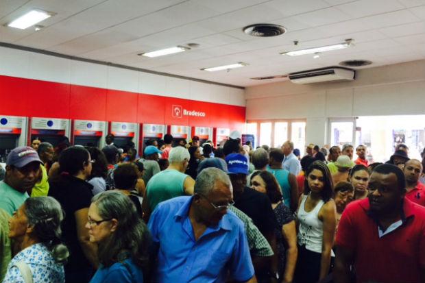 Segundo a Lei Estadual n° 12.264 o tempo máximo de espera nas filas dos bancos não deve ultrapassar 15 minutos. Foto: Antônia Keller/Cortesia