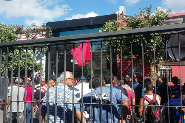 Categoria se concentrou em frente à sede do sindicato, na Rua do Sossego e promete realizar passeata. Foto: Adaíra Sene/ DP