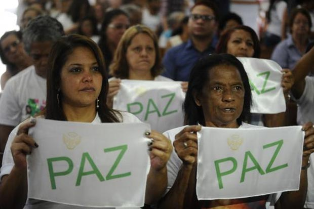 Familiares e amigos das vítimas da tragédia de Realengo prestam homenagem aos jovens que morreram no massacre, há cinco anos, na Escola Tasso da Silveira. Foto:Tânia Rêgo/Agência Brasil