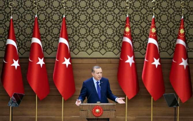 """O presidente turco, Recep Tayyip Erdogan, advertiu nesta quinta-feira que a Turquia não aplicará o acordo migratório concluído em Bruxelas, caso a União Europeia """"não respeite os compromissos"""". Foto: Adem Altan/AFP"""
