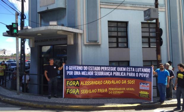 Faixa de protesto foi afixada no prédio da Polícia Civil nesta sexta. Foto: Sinpol/Divulgação