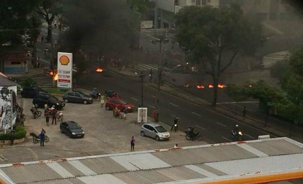 Manifestação no bairro da Torre. Foto:@briemont/Twitter/Cortesia
