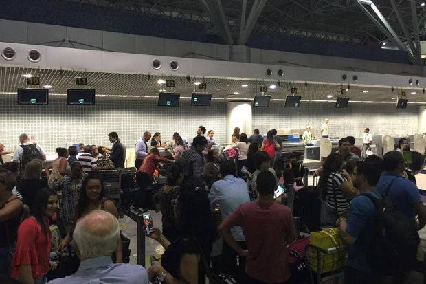 Passageiros se encontram insatisfeitos com o atraso. (Foto: Ciro Guimarães/TV Clube)