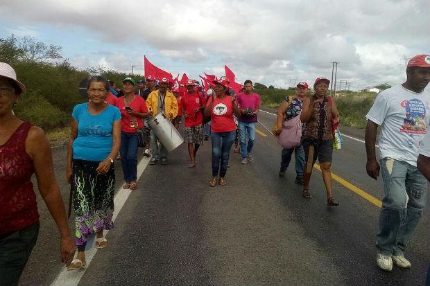 Sem Terra bloqueiam rodovias em Alagoas contra a violência no campo e em defesa da democracia. Foto: MST/ Divulgação
