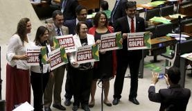 """Deputados do PCdoB seguravam cartazes com frases como """"Brasil contra o golpe"""". Foto: Wilson Dias/Agência Brasil"""