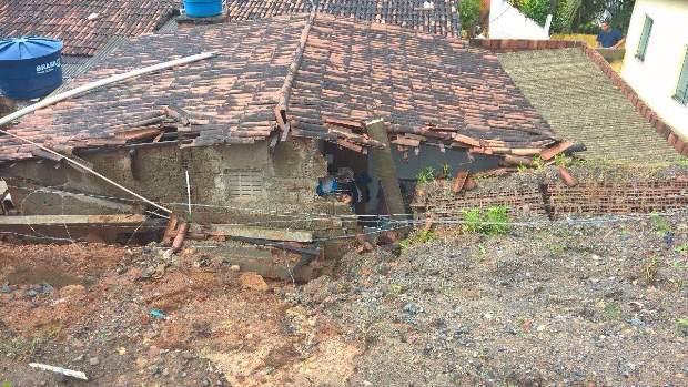 Muro cedeu com deslizamento de barreira na Várzea. Foto: Whatsapp/Cortesia