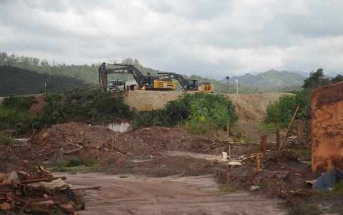 Máquinas da mineradora operam em barramento pouco acima das ruínas do subdistrito, onde equipes do Ministério Público fizeram vistoria. Foto: Leandro Couri/EM/DA Press