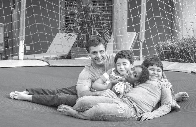 Pai de três filhos adotivos - os gêmeos Francisco e Miguel, 9 anos, e Maria Vitória, 7 anos - Eurivaldo Bezerra parte do próprio exemplo para mostrar as dificuldades enfrentadas no processo de adoção. Foto: EB Studio Brasil/Divulgação