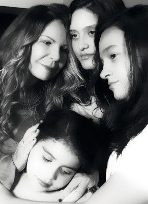 Elba Ramalho e as filhas Maria Paula, Maria Clara e Maria Esperança. Foto: EB Studio Brasil/Divulgação