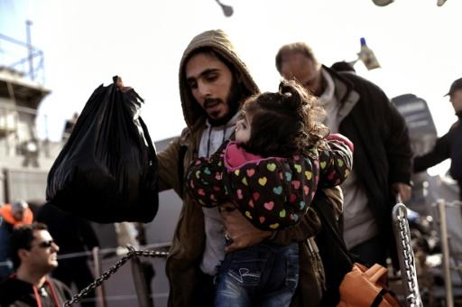 Migrantes e refugiados chegam ao porto de Mitilene. Foto: AFP/ARIS MESSINIS