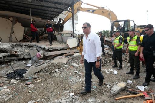 O presidente equatoriano, Rafael Correa, visita a cidade de Jama, após o terremoto que devastou o país. Foto: AFP/JUAN CEVALLOS