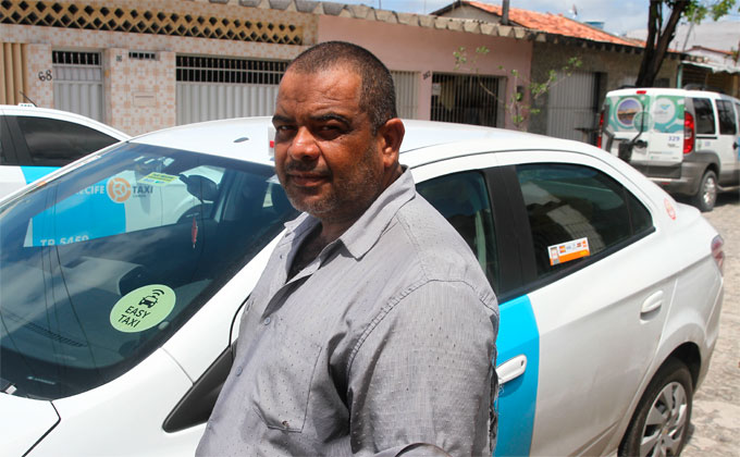 Durante o desentendimento, o taxista Maurício Pedro do Nascimento, 46 anos, foi levado por um carro do Uber. Foto: Júlio Jacobina/DP (Durante o desentendimento, o taxista Maurício Pedro do Nascimento, 46 anos, foi levado por um carro do Uber. Foto: Júlio Jacobina/DP)