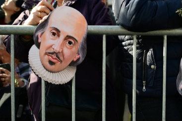 Com máscaras de Shakespeare, público acompanha desfile. Leon Leal/AFP