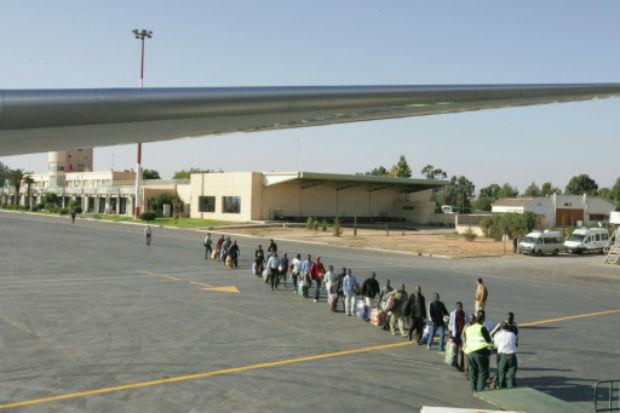 Migrantes são vistos no aeroporto de Ojuda, Marrocos, após tentarem entrar nos territórios espanhóis de Melilla e Ceuta. Foto: AFP/Arquivos ABDELHAK SENNA