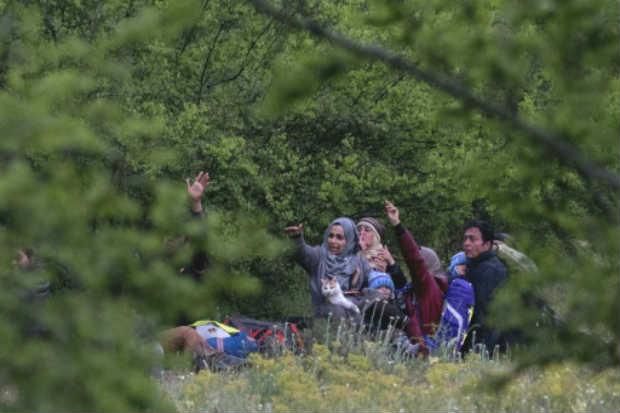 Grupo de sírios descansam em um bosque na Macedônia depois de cruzarem ilegalmente a fronteira com a Grécia. Foto: AFP JOE KLAMAR