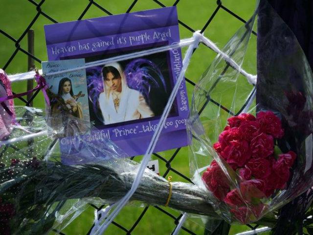 Após o anúncio de sua morte, muitos artistas e fãs homenagearam o artista. AFP / Mark Ralston