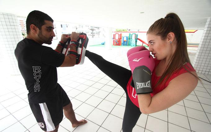 Praticante de muay thai há seis meses, a blogueira Juliana Latache acredita que evoluiu mais rápido praticando em casa. Foto: Peu Ricardo/Esp DP (Praticante de muay thai há seis meses, a blogueira Juliana Latache acredita que evoluiu mais rápido praticando em casa. Foto: Peu Ricardo/Esp DP)