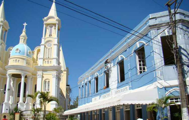 A Catedral de São Sebastião é motivo de orgulho para os moradores. Com estilo barroco, tem vista para o belo mar da Bahia. Foto: Alfredo Duraes/EM/D.A. Press