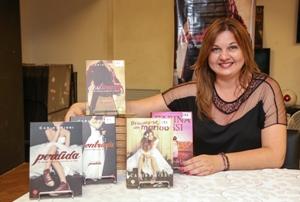 Carina Rissi ao lado das publicações que lhe renderam séquito de fãs, sempre eufóricos em bienais. Foto: André Buarque/Divulgação